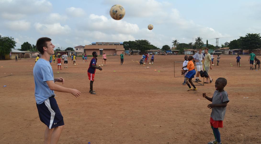 Voluntario deportivo en Ghana enseñando técnicas a sus jugadores.